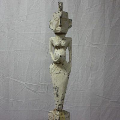 Handgemaakt houten beeld van een zwangere vrouw